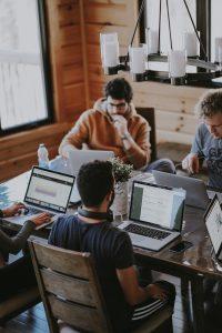 Freelances dans un café devant des ordinateurs
