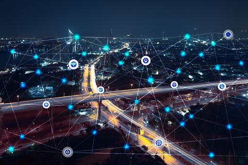 Ville de nuit avec un réseau d'icônes connectées