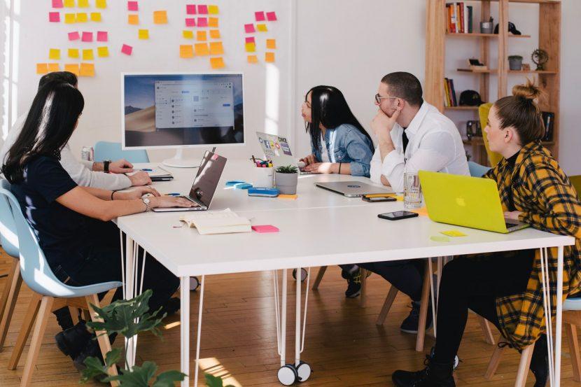 Réunion d'équipe pour du travail collaboratif