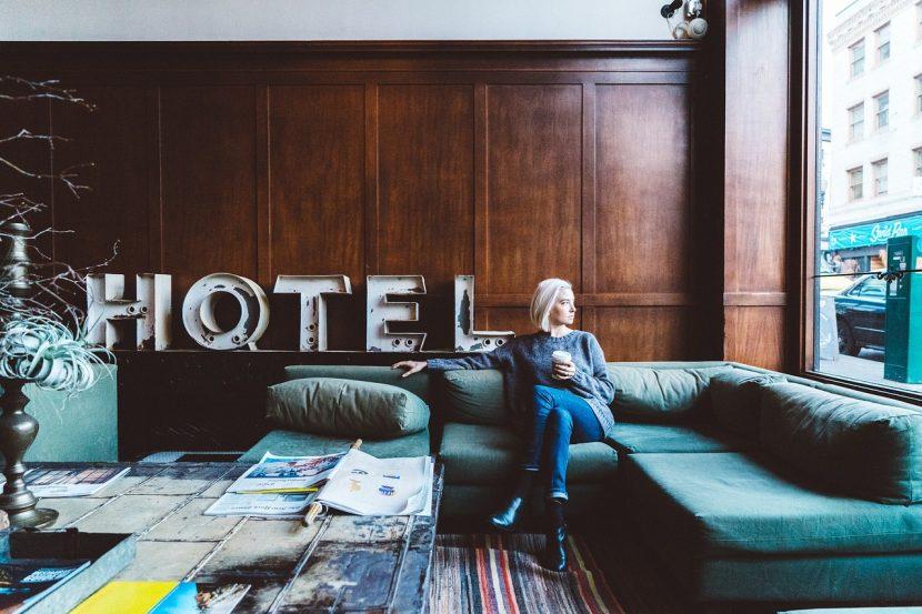 femme assise dans le salon d'un hôtel sur un canapé