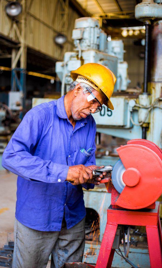 Un ouvrier qui travaille dans l'industrie