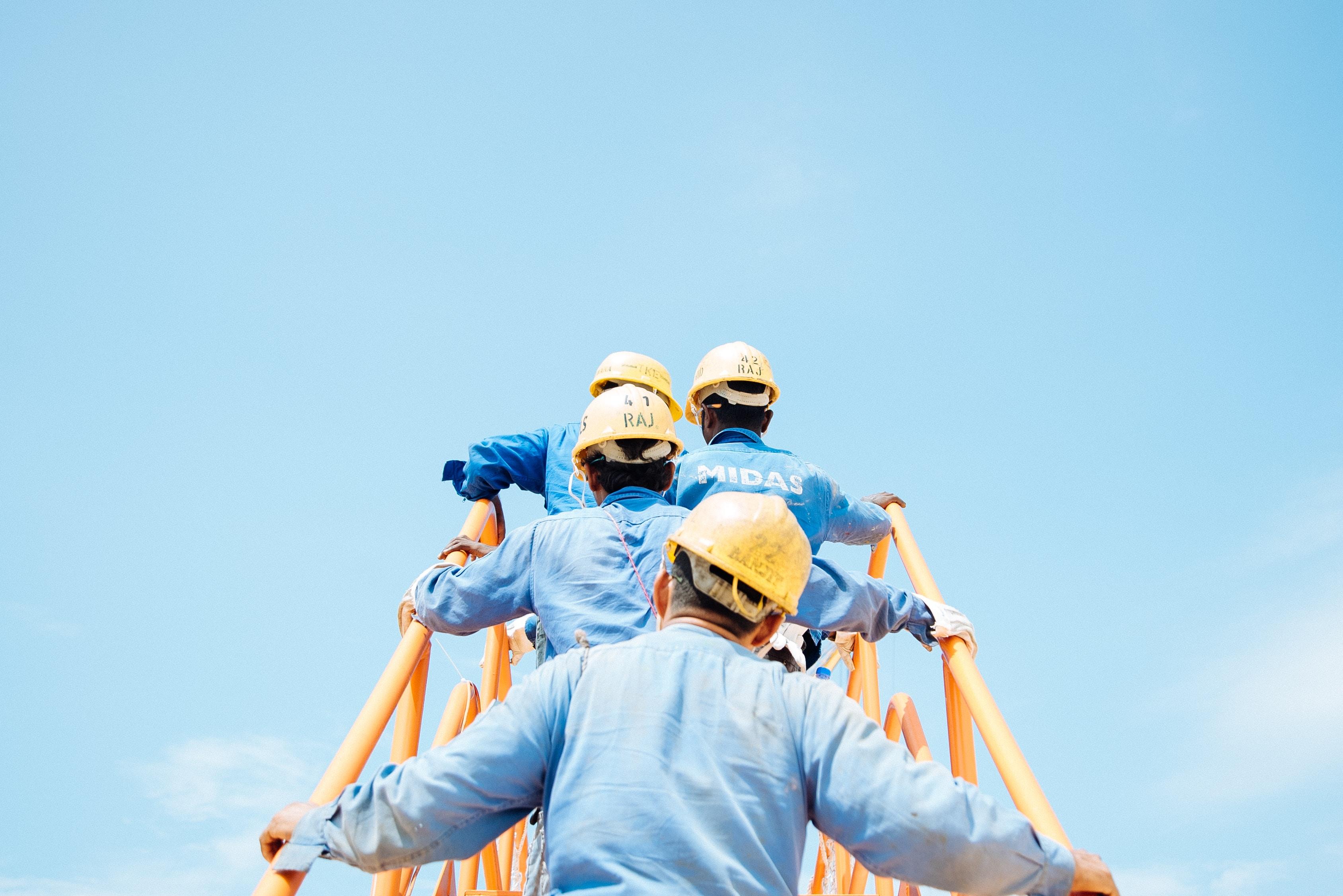 Des ouvriers avec des casques jaunes