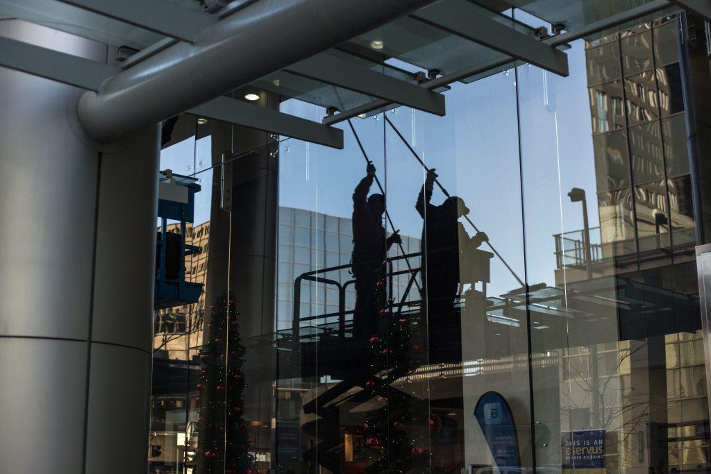Deux laveurs de vitre