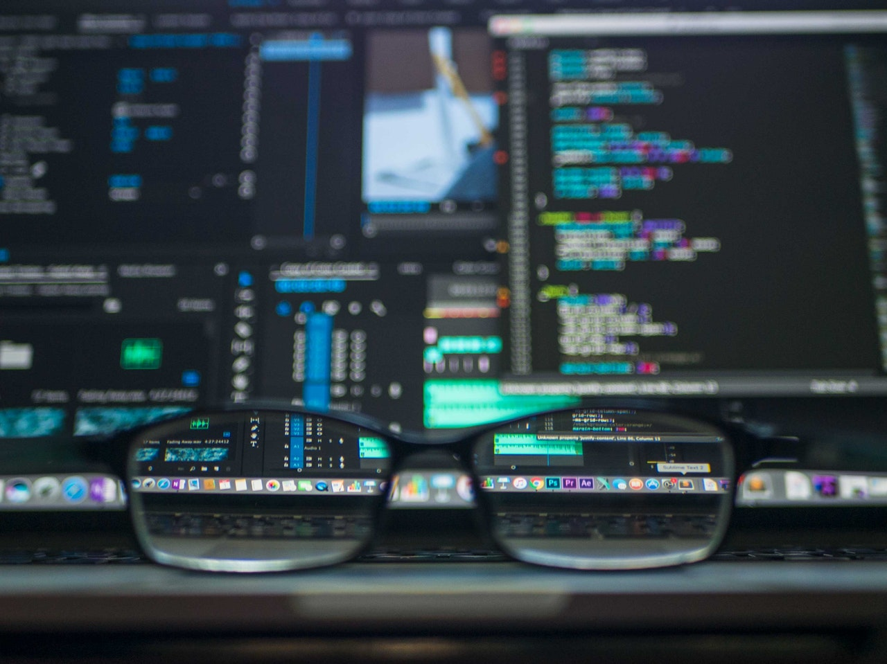 lunettes posées sur le clavier d'un ordinateur portable ouvert